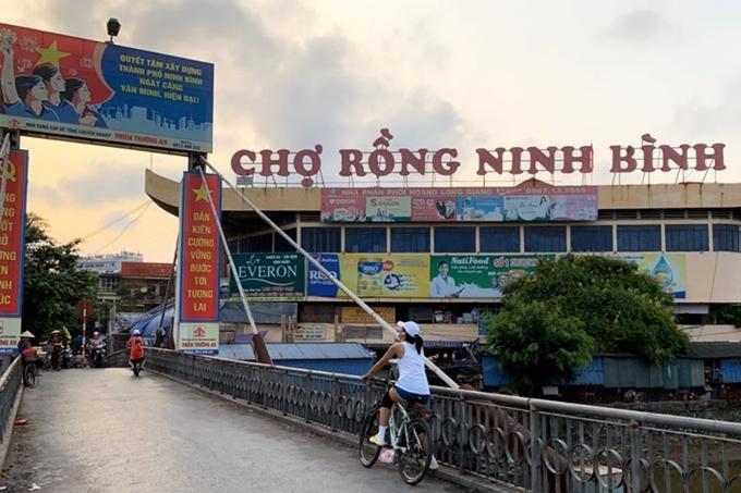 Hhen Niê thưởng thức vịt lộn nướng măng chuaNinh Bình - 10