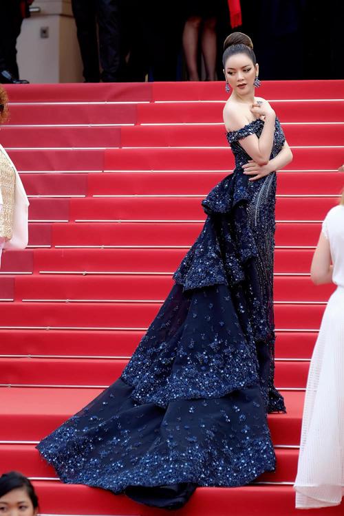 Các mẫu váy dạ hội đến từ nhiều nhà mốt nổi tiếng thế giới và trong nước đều được Lý Nhã Kỳ chuẩn bị hàng tháng trời trước khi lên đường sang Pháp dự liên hoan.