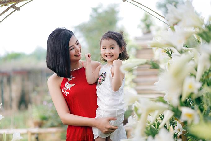 Hoa hậu Ngọc Hân và bé Cherry - con gái của người mẫu Hồng Quế.