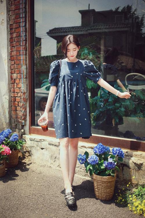 Trong tiết trời oi ả ngày hè, những mẫu đầm liền thân, váy không kén dáng được ưa chuộng hơn bởi nó giúp phải đẹp dễ thở.