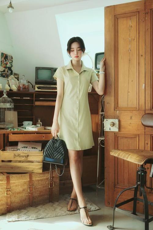 Nếu sợ vòng hai của mình trở nên phổng phao bởi váy rộng thì các nàng nên tham khảo một số kiểu đầm suông có phần lượn eo nhẹ nhàng.