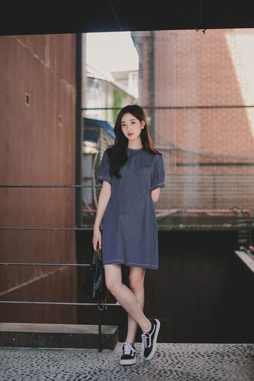 Váy suông, tay lỡ, vải thô mộc mùa hè dễ kết hợp cùng các loại giày vải để giúp các nàng công sở năng động và đáng yêu hơn.