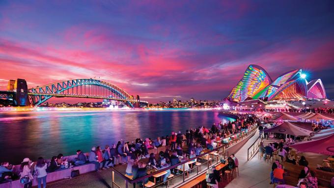 Năm 2019, lễ hội Vivid Sydney đón tới hơn 2 triệu khách du lịch đến Sydney vào thời điểm mà những năm trước đó đều thưa vắng khách. Toàn bộ thành phố được thắp sáng với hàng triệu bóng đèn và các màn trình diễn ánh sáng đỉnh cao, choáng ngợp. Chương trình bắt đầu từ 18h đến 23h hàng ngày trong 3 tuần diễn ra lễ hội.