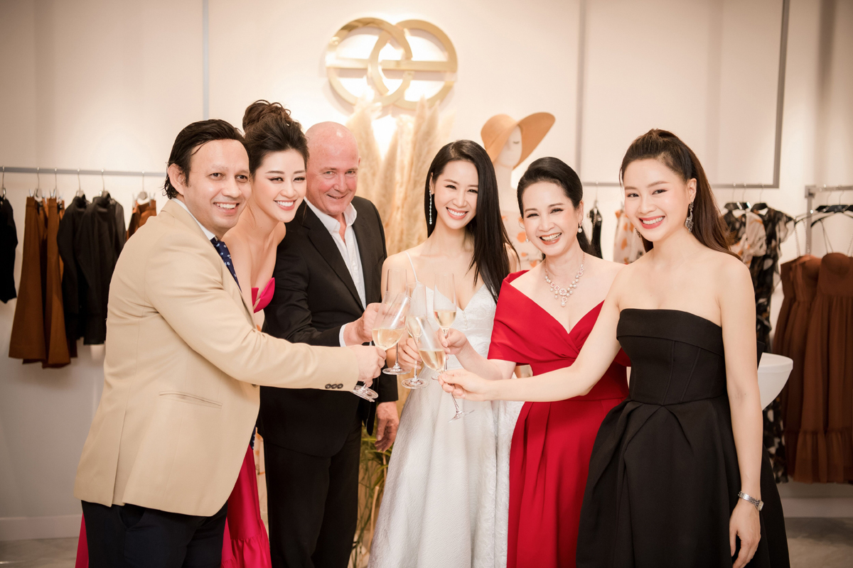 Đại diện thương hiệu cùng các người đẹp showbiz Việt nâng ly chúc mừng diện mạo mới của Elise 162 Bà Triệu.