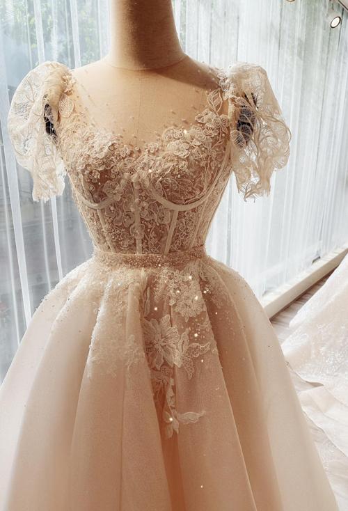 Váy cưới ngắn mùa hè thu 2020 cũng hòa vào dòng chảy chung của thời trang đương đại, đề cao tính ứng dụng, sự tối giản nhưng tinh tế, tạo điểm nhấn ở những chi tiết đắt giá như: cổ - vai - tay áo, họa tiết trang trí. Chất liệu ren vẫn luôn giữ vị trí hàng đầu và có thêm nhiều phiên bản mới lạ, độc đáo.