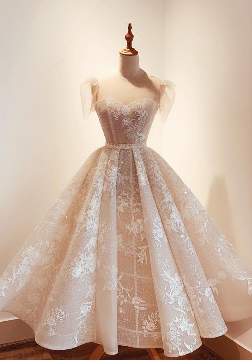 Mẫu váy cưới với độ dài đến bụng chân dành cho các cô dâu ưa chuộng nét cổ điển, sang trọng. Tùng váy có độ xòe vời phải, tạo dáng xếp ly sẽ giúp từng bước đi của nàng dâu thêm mềm mại, uyển chuyển.