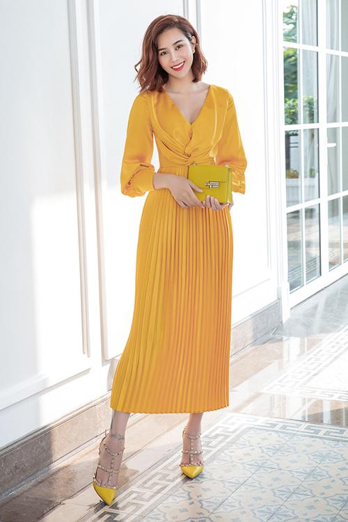 Ngoài đầm dáng dài theo hơi hướng free size Sella Trương còn chọn các mẫu váy trang nhã nằm trong bộ sưu tập hè 2020 của Adrian Anh Tuấn đẻ chưng diện.