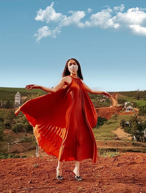 Vải lụa xếp ly được sử dụng để tạo nên mẫu váy maxi đề cao sự giải phóng hình thể và giúp Hương Giang trở nên bay bổng, nhẹ nhõm hơn.