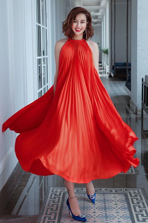 Váy maxi rực rỡ sắc màu là điểm nhấn chủ đạo trong bộ sưu tập mới nhất của Adrian Anh Tuấn. Các kiểu đầm lụa xếp ly được Sella Trương và nhiều người đẹp Việt nhanh chóng đón nhận.