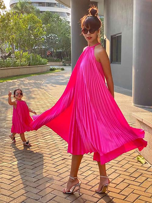 Hà Anh và con gái cùng khoe dáng với thiết kế váy cánh bướm được thiết kế trên vải lụa xếp ly của Adrian Anh Tuấn.