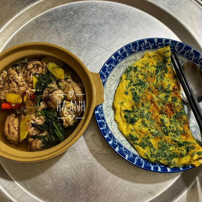 Óc hầm ngải cứu, trứng rán ngải cứu là một bữa ăn khác của gia đình Hà Anh. Trong bữa cơm, hai vợ chồng Hà Anhkhông sử dụng điện thoại. Nguyên tắc ngầm mà chúng tôi thống nhất với nhau là không chê bai đồ ăn mà đối phương nấu, chị kể.