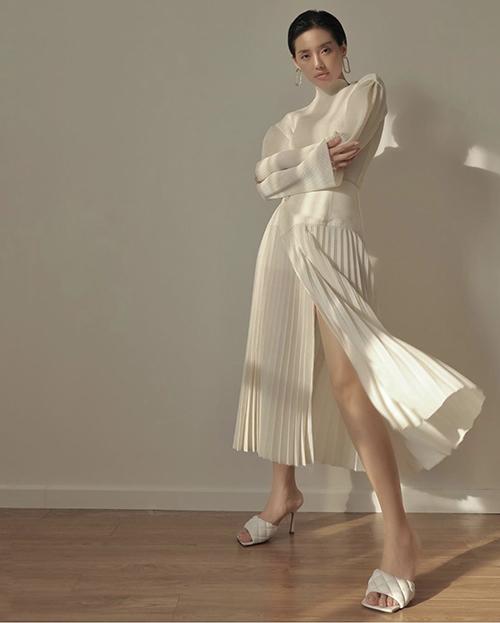 Khánh Linh khoe phong cách thanh lịch và không kém phần gợi cảm với set đồ white-on-white.