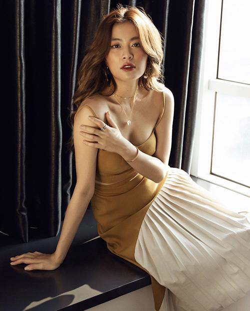 Khoe dáng sexy trong thiết kế áo crop-top đi cùng chân váy midi. Kiểu đầm dài chấm gối của Hoàng Thuỳ Linh trở nên bắt mắt hơn khi được bố trí vải trung tính, xếp ly cuốn hút.