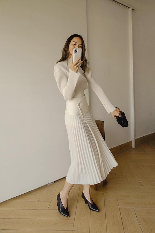 Trần Hiền trong set đồ được ưa chuộng nhất mùa hè của Lâm Gia Khang. Anh là một trong những nhà mốt khai thác triêtj để vải dập ly quá các mẫu váy áo mang tính ứng dụng cao.