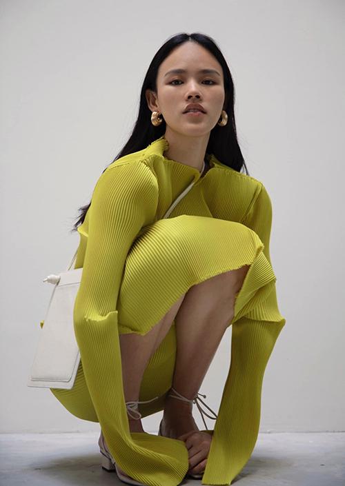 Vải xép ly nhuyễn được Lâm Gia Khang sử dụng để mang tới các mẫu váy độc đáo và tôn nét cá tính cho Tuyết Lan.