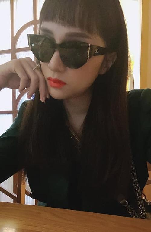 Con gái có haiviệc chỉ nên làm mộtlần trong đời:Một là yêu nhầm người, hai là tự cắt tóc mái, Hương Giang hài hước bình luận về kiểu tóc mái của mình.