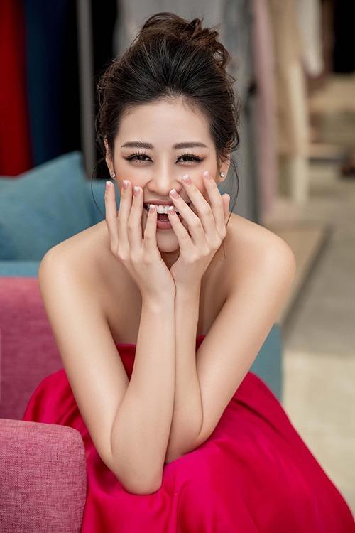 Hoa hậu Khánh Vân tươi rói trong bức ảnh mới đăng tải.