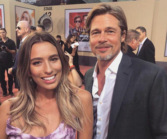 Renee Bargh chụp hình với Brad Pitt trên thảm đỏ ra mắt phim Once Upon a Time in Hollywood. Ảnh: Instagram.