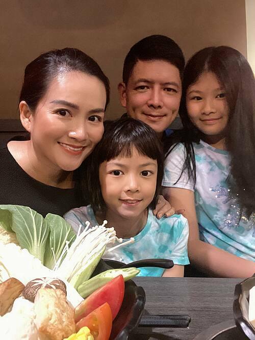 Bình Minh bên vợ và hai con.