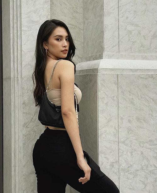 Áo thun ôm khoe tối đa đường cong hình thể là trang phục được Hoa hậu VN 2018 - Tiểu Vy yêu thích nhất.