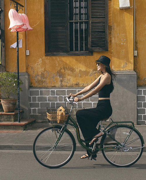 Áo ccrop-top ôm sát hình thể còn được Tiểu Vy phối cùng các mẫu quần suông, quần ống rộng để hình ảnh của cô trở nên đa dạng hơn.