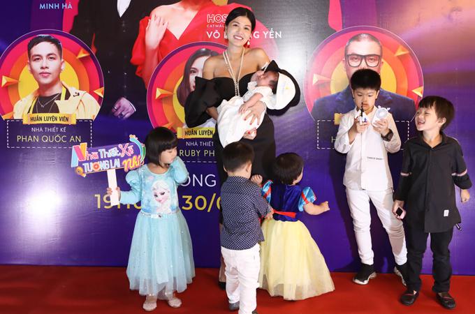 Oanh Yến lần đầu đi sự kiện cùng cả 6 nhóc tỳ. Hoa hậu Toàn cầu 2015 mới sinh con được hơn 1 tháng nhưng đã sẵn sàng trở lại với các hoạt động của làng giải trí.