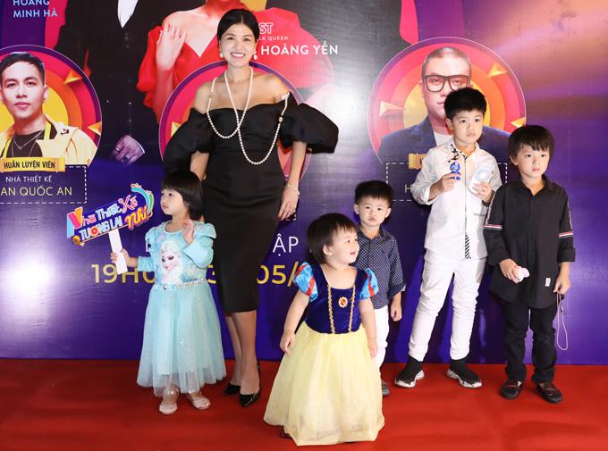 Con đầu của Oanh Yến là Henry (áo trắng) lên 8 tuổi. Bà mẹ 6 con khá vất vả khi trông nom các bé ở buổi ra mắt chương trình Nhà thiết kế tương lai nhí mùa đầu tiên. Cô phải nhờ giúp việc bế con trai út để tạo dáng chụp ảnh cùng 5 con lớn.