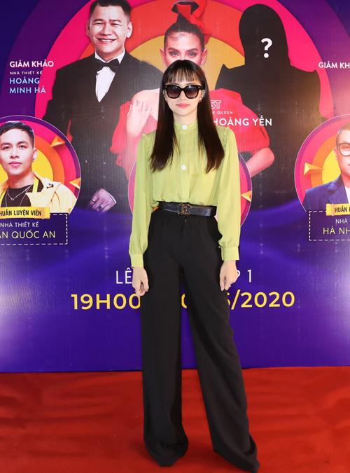 Hoa hậu Hương Giang bị đau mắt nên đeo kính mát dự sự kiện. Trông cô mảnh mai, thanh lịch trong trang phục quần tây, áo sơmi.