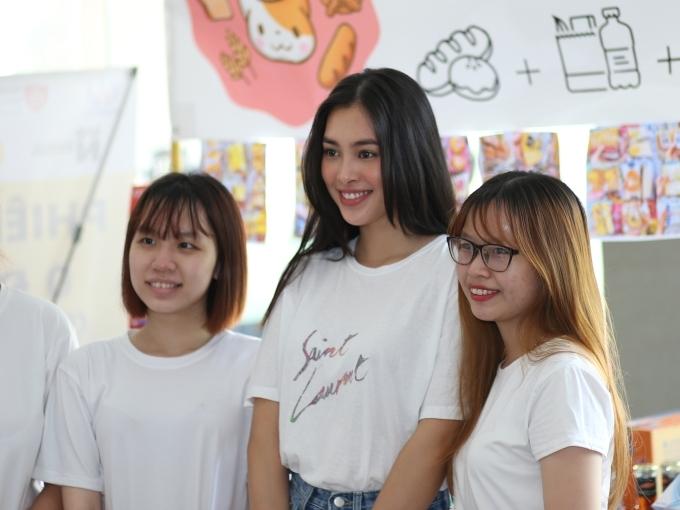 Theo Tiểu Vy, sinh viên khó khăn có thể tìm mua nhu yếu phẩm, văn phòng phẩm tại phiên chợ với giá 0 đồng. Tất cả sản phẩm được đóng góp bởi thầy, cô, phụ huynh và các bạn sinh viên khác.