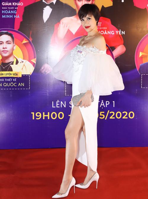 MC Phương Mai khoe vai trần, chân dài với thiết kế sexy.