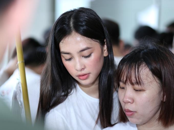 Người đẹp giản dị, năng động với áo thun trắng. Mướt mồ hôi vì chương trình được sinh viên tham gia đông đảo, hoa hậu vẫn tươi tắn.