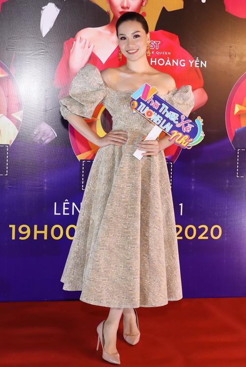 Người mẫu Phạm Thùy Linh điệu đà với váy xòe tay bồng cổ điển.