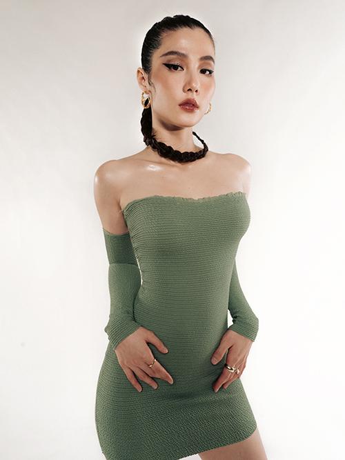 Diễm My khiến bộ đầm thun cúp ngực thêm nổi bật với hai tay áo cắt rời. Thiết kế bó sát giúp tôn lên ba vòng gợi cảm của nữ diễn viên.