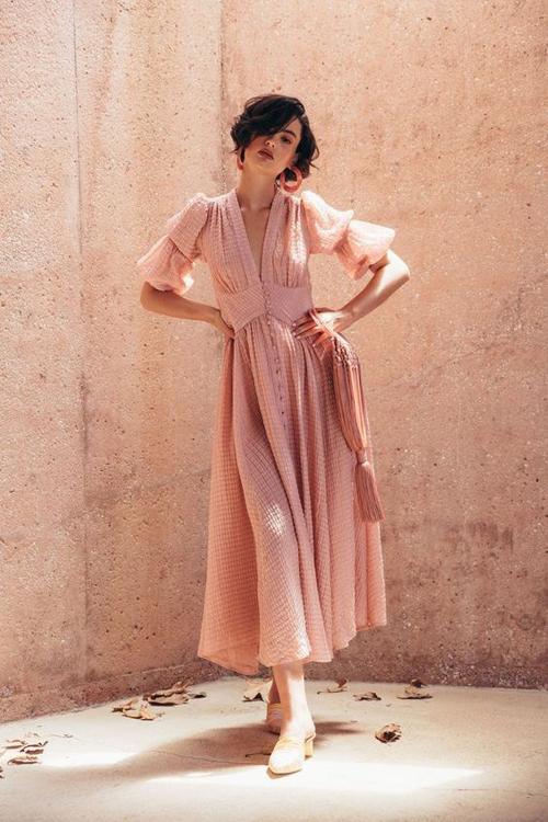 Một trong những trang phục dễ mặc dạo phố và chưng diện đi du lịch là các kiểu đầm maxi tôn nét nữ tính.