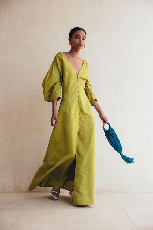 Thiết kế vảy cổ V đi kèm hàng nút chạy dọc thân váy được nhiều fashonista yêu thích từ mùa thời trang 2019. Kiểu đầm này có thể kết hợp cùng sandal quai mảnh, túi dây đan để khiến phái đẹp thêm cuốn hút.