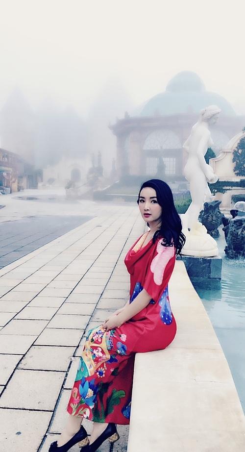 Hoa hậu đền Hùng Giáng My cảm nhận như mây đang lùa qua tóc khi du lịch khám phá Bà Nà Hills (Đà Nẵng).