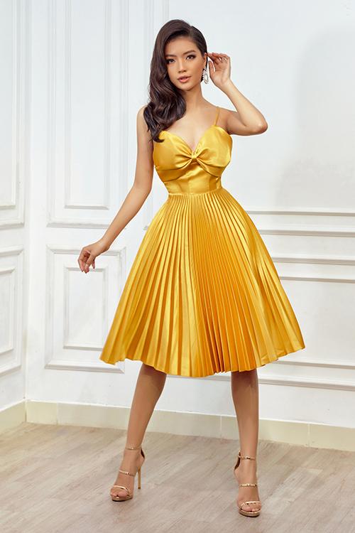 Váy xếp ly, tông màu bắt mắt được thể hiện trên dáng xoè kết hợp phần cúp ngực và hai dây.