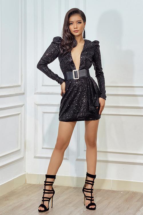 Vải ánh kim với khả năng bắt sáng cao được nhà mốt Việt tận dụng để tạo nên những mẫu váy hút mắt cho tiệc tối.