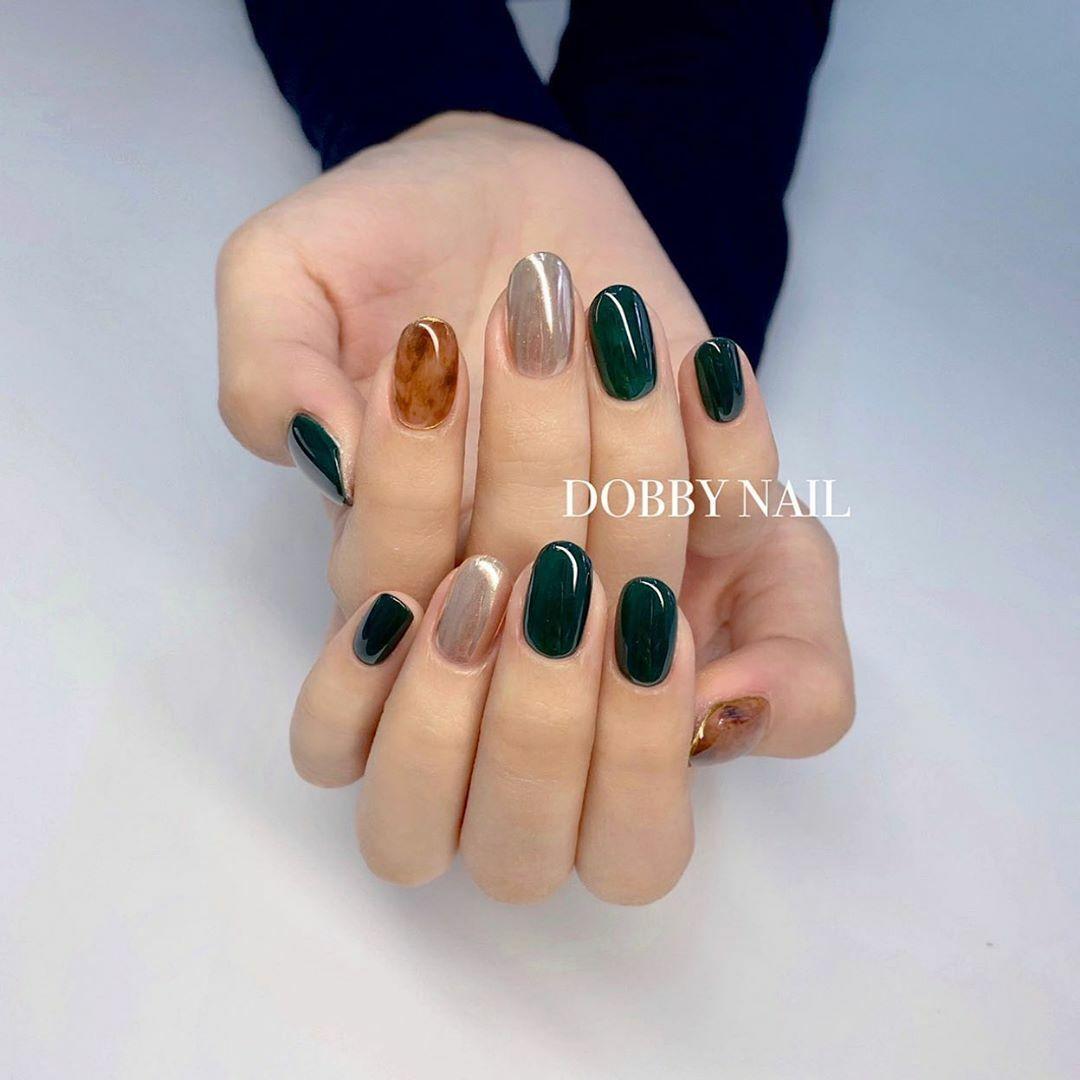Các gam màu đậm có ưu điểm tôn da, giúp bàn tay trông sáng hơn.