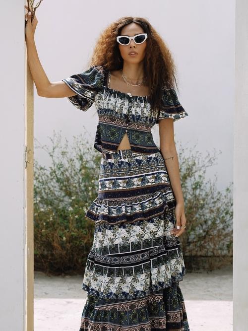 Minh Triệu diện set váy áo hoạt tiết nhẹ nhàng, phù hợp với tiết trời mùa hè.
