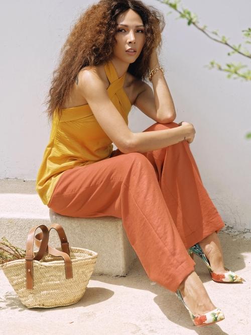 Linen là chất liệu người đẹp ưa chuộng vào những ngày thời tiết oi bức. Hai màu chủ đạo vàng, cam khiến Minh Triệu nổi bật.