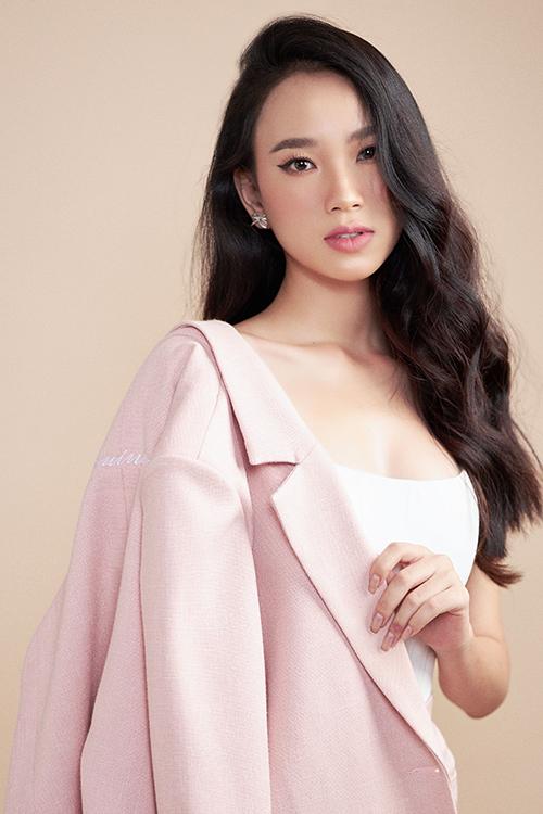 Áo thun ôm sát hình thể tông trắng được mix cùng blazer hồng phấn hài hoà về màu sắc. Đây cũng là phong cách được nhiều sao Việt lăng xê ở mùa xuân hè 2020.