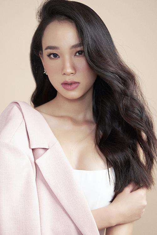 Bộ hình được thực hiện bởi nhiếp ảnh Ngô Anh, trang điểm Hàng Thanh Thiện, làm tóc Bi Hà.