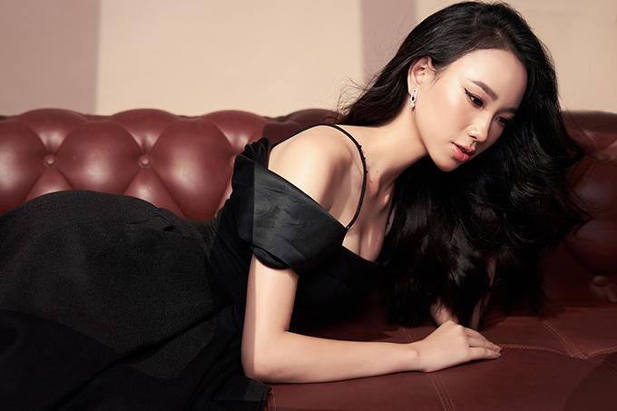 Trong bộ ảnh mới thực hiện, top 10 Miss World Vietnam khoe nét gợi cảm và thanh lịch với các mẫu váy trễ vai, áo hai dây phối cùng blazer.