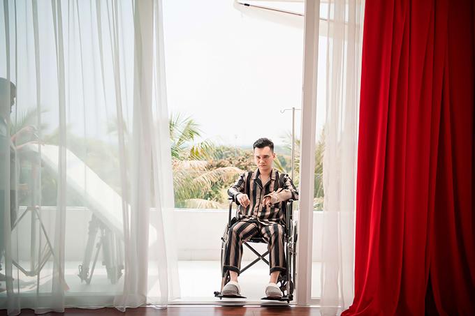 Trong MV, Khắc Việt vào vai chàng trai không may mắn bị bại liệt và ngày ngày phải chứng kiến người yêu công khai ngoại tình trong chính ngôi nhà từng ghi dấu nhiều kỷ niệm ngọt ngào của mình.