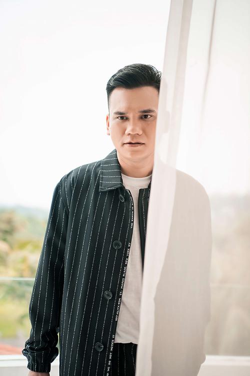 Tối 27/5, Khắc Việt chính thức tung ra MV Sao em nỡ vậy, đánh dấu sự trở lại V-Pop sau thời gian dài vắng bóng. Đây cũng là sản phẩm đầu tiên trong chuỗi dự án kỷ niệm 15 năm sự nghiệp nghệ thuật của nam ca sĩ kiêm nhạc sĩ.