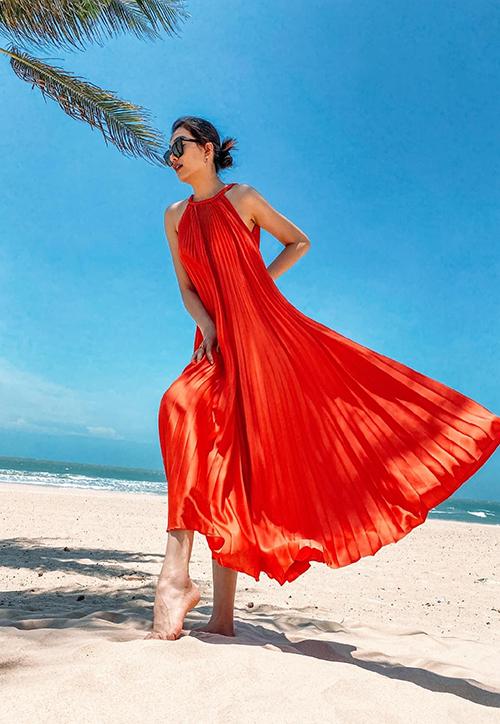 Đối nghịch với trào lưu khoe body với trang phục cut-out là xu hướng váy suông được Lệ Hằng cùng nhiều người đẹp lăng xê.
