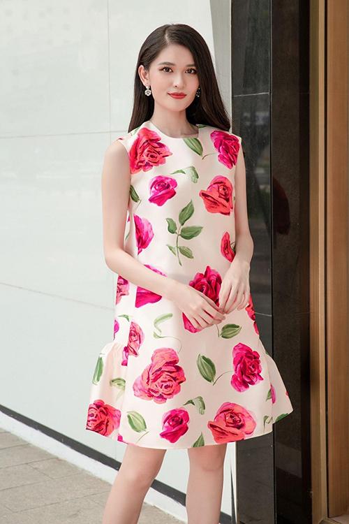 Đầm hạ eo in hoa rực rỡ được á hậu Thuỳ Dụng chọn lựa để tôn làn da sáng và vóc dáng mảnh mai khi xuống phố.