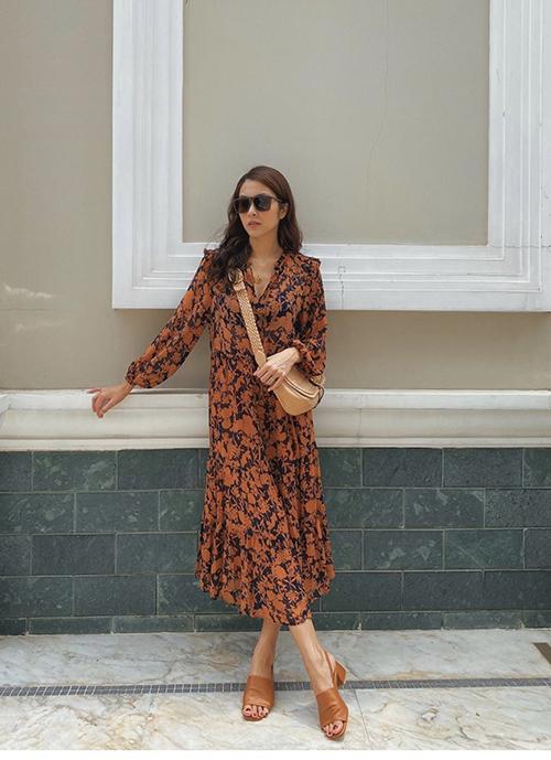 Tăng Thanh Hà duyên dáng với mẫu đầm vintage tông màu trầm. Người đẹp chọn bộ phụ kiện tông nâu để mang tới nét hài với kiểu đầm suông.