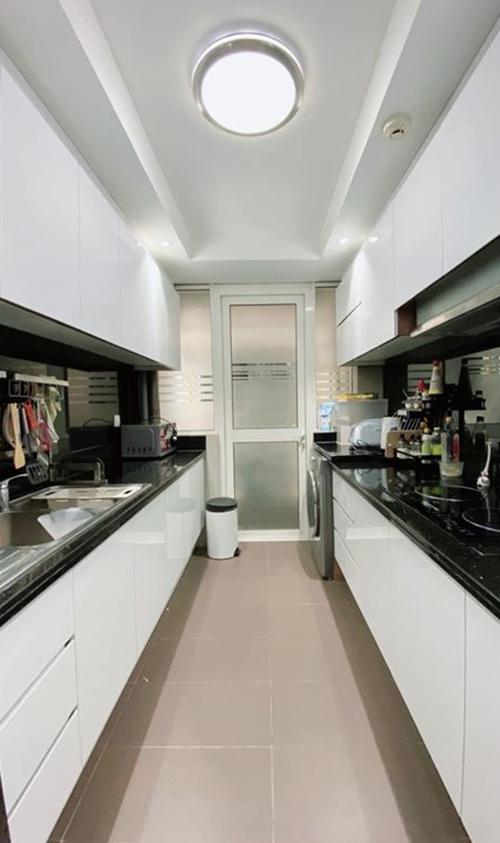 Muón nhà thoáng nên nhạc sĩ đổi toàn bộ màu cửa bếp thành tông trắng, tạo sự sáng sủa. Màu phối cùng là tông đen trung tính, giúp tạo sự cân bằng thị giác.